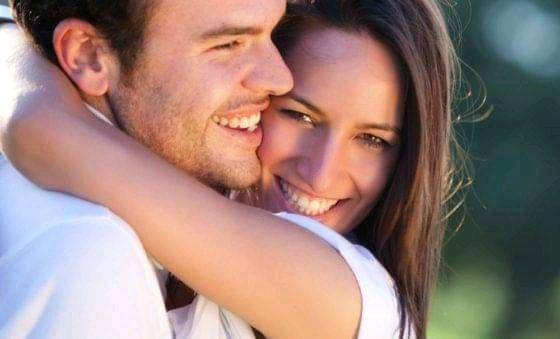 السعادة الزوجية وتاثيرالاحضان بين الزوجين وفوائدها